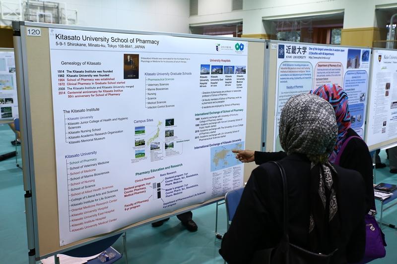 大学ポスター展示の風景